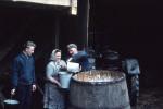 1968 beim Baedersimmer mit Eimern in den Keller